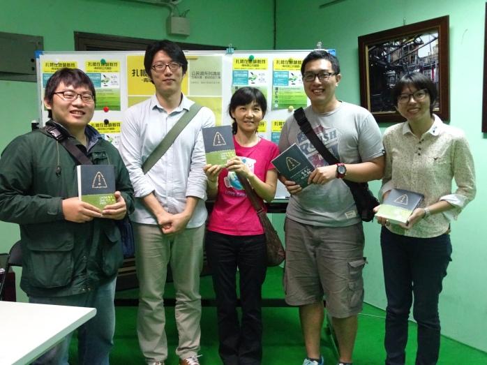 公民週講師陳儒瑋 (左2)與談人新營社大黃冠雅(右2)